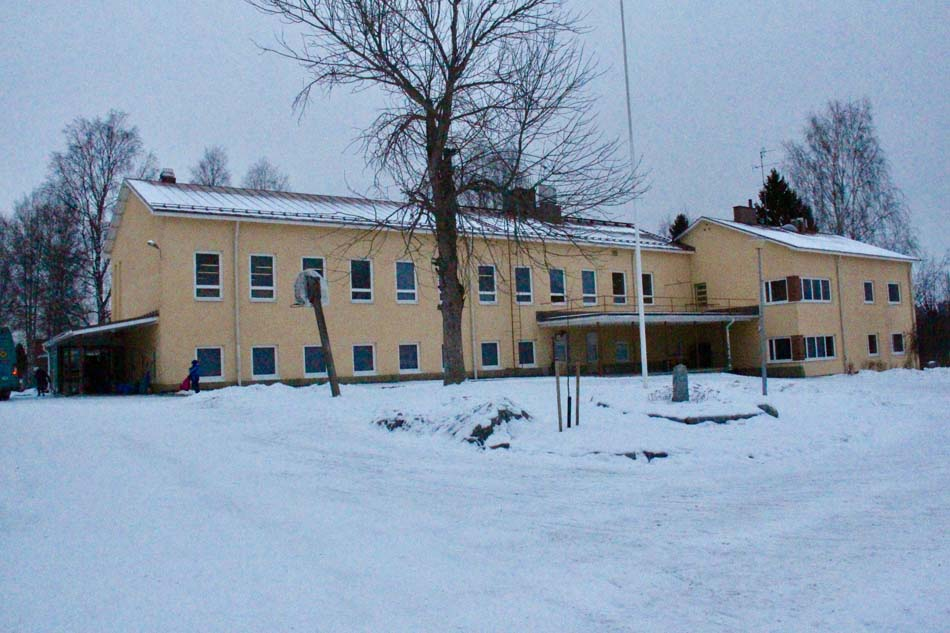 a picture of Luopioinen Kirkonkylä School during the winter