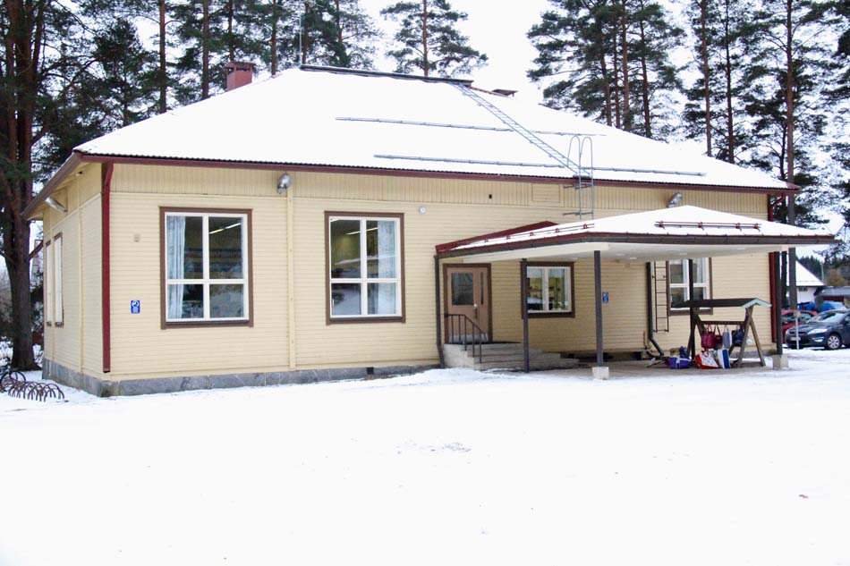 a picture of Rautajärvi School during the winter