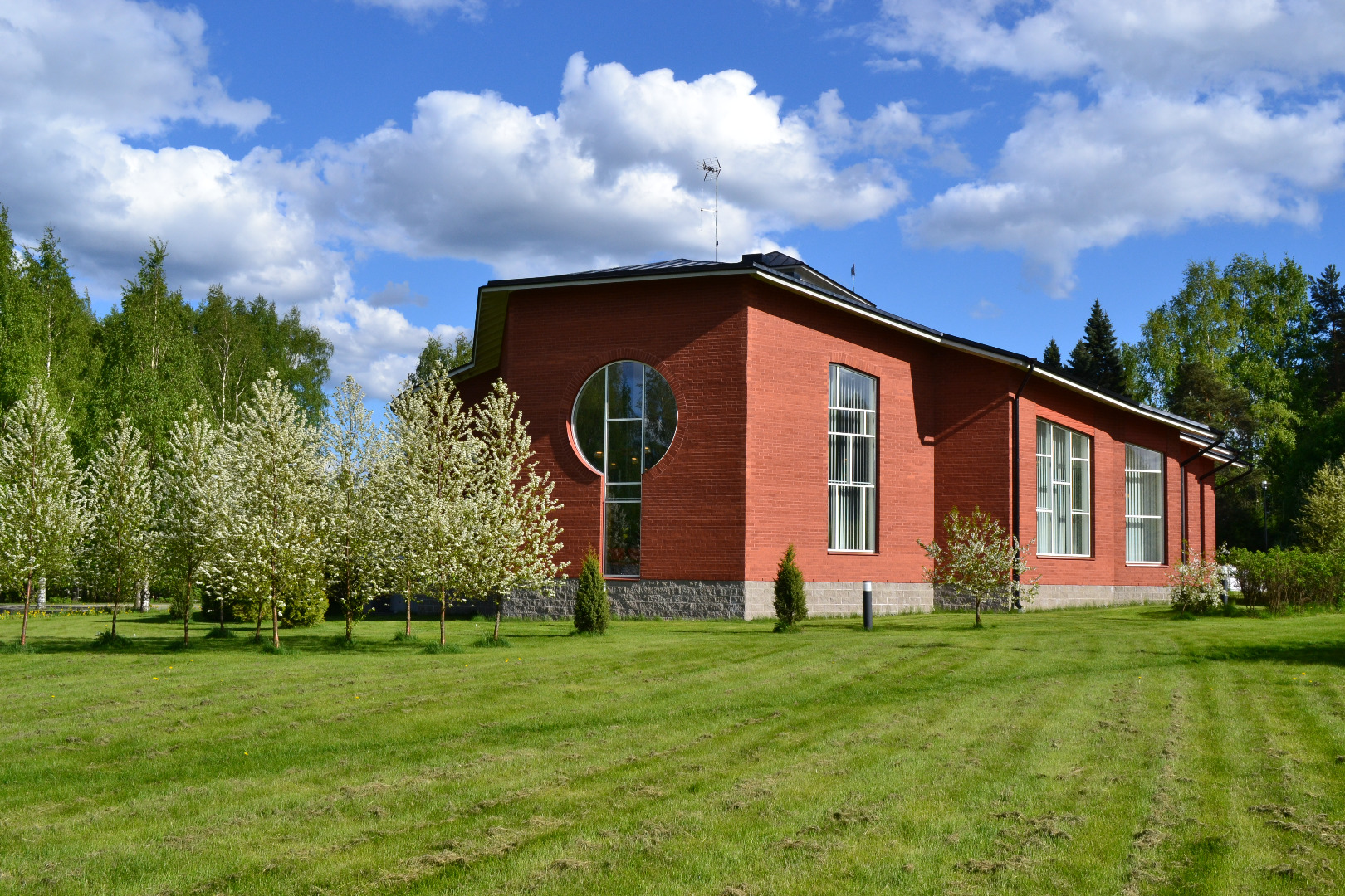 a picture of pälkänes own library during the summer